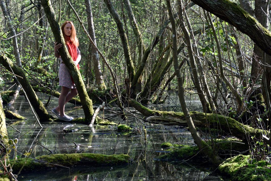Elise, née à Lisieux, Calvados, Normandie, France.  Le ruisseau des Hupières venant du marais de Logné, limite communale entre Sucé-sur-Erdre et Carquefou.