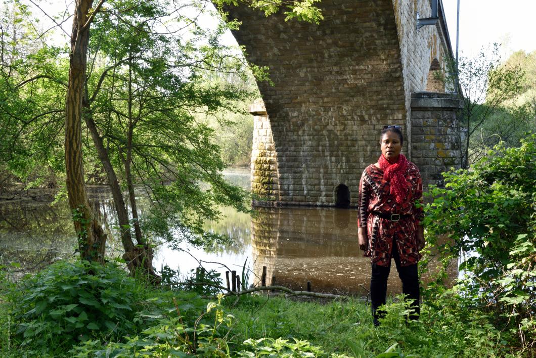 Marie-Alice, née au Lorrain, Martinique, France.   Le pont XIXème de la voie ferrée enjambant le Hocmard,  affluent de l'Erdre et limite communale entre Sucé-sur-Erdre et la Chapelle-sur-Erdre.