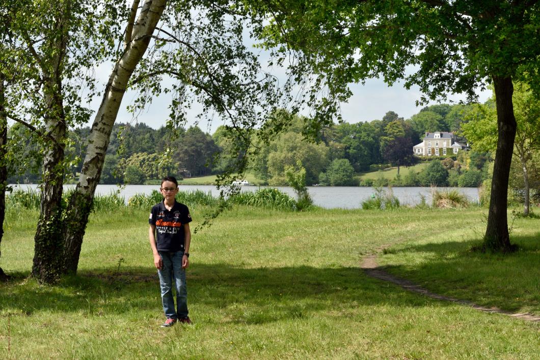 Corentin, né à Nantes, Loire-Atlantique, Pays de Loire, France. Vue de la maison de Bel-Air sur la rive droite de l'Erdre depuis le site de la Papinière.