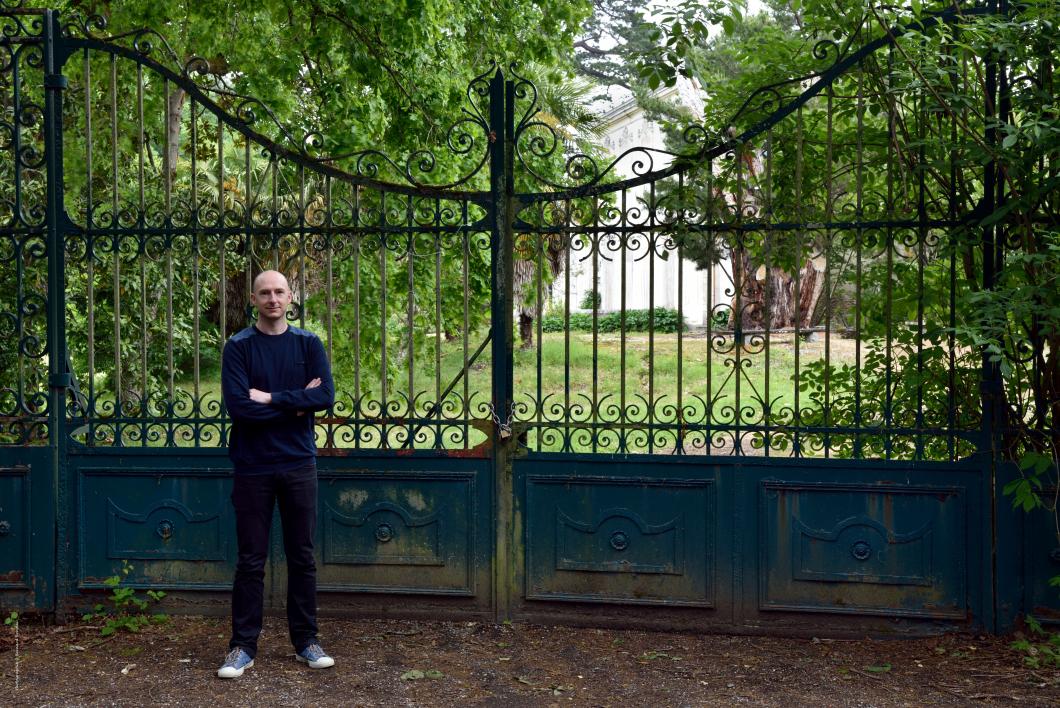 Luke, né à Bendigo, Etat du Victoria, Australie.   La grille d'entrée ouest du parc de la Châtaigneraie.