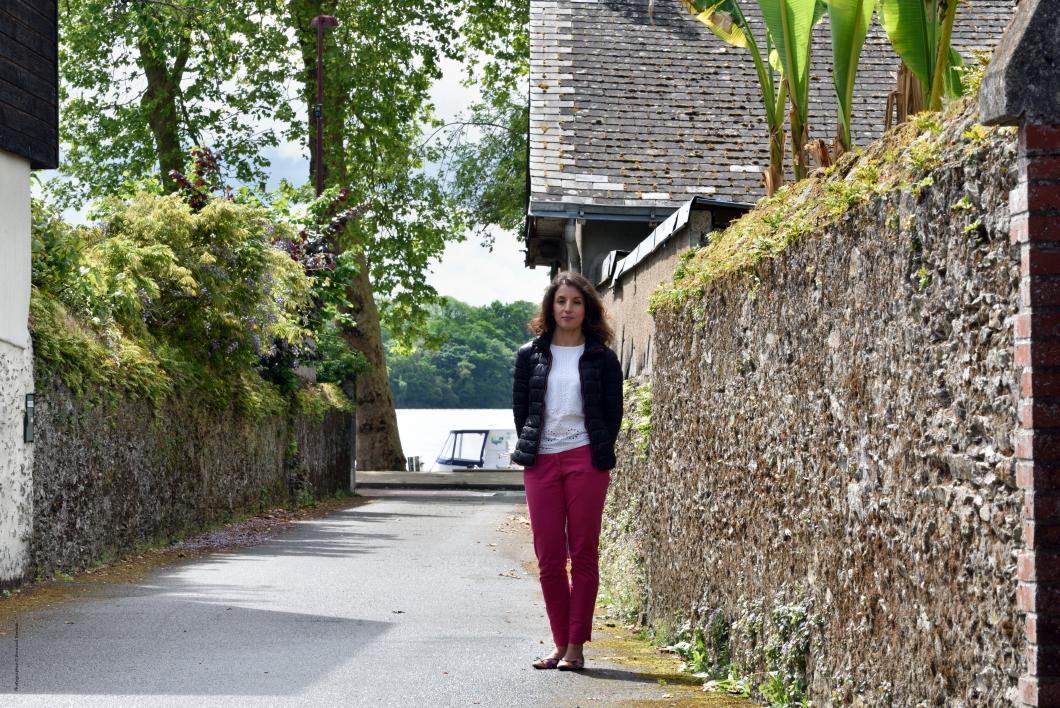 Fatima, née à Paris XIIème, Île-de-France, France.     L'allée du Ruisseau entre la Grande Rue et le port.