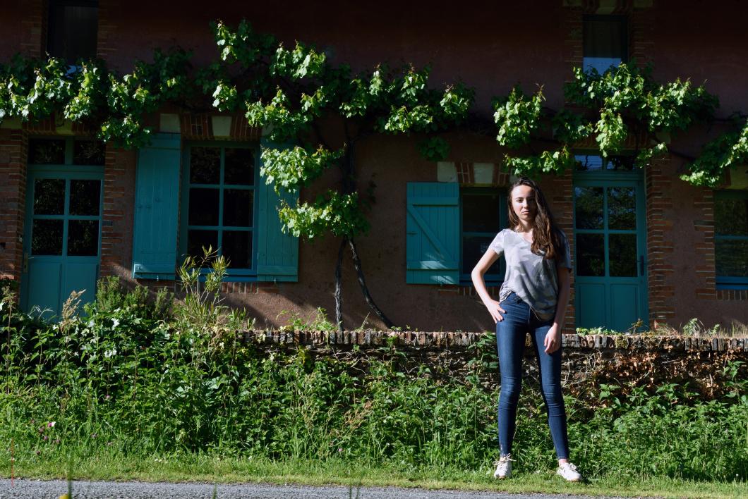 Maïwenn, née à Saint-Herblain, Loire-Atlantique, Pays de Loire, France.            Façade de la ferme (vers 1870) de l'ancienne propriété Suzer à la Gamotrie.